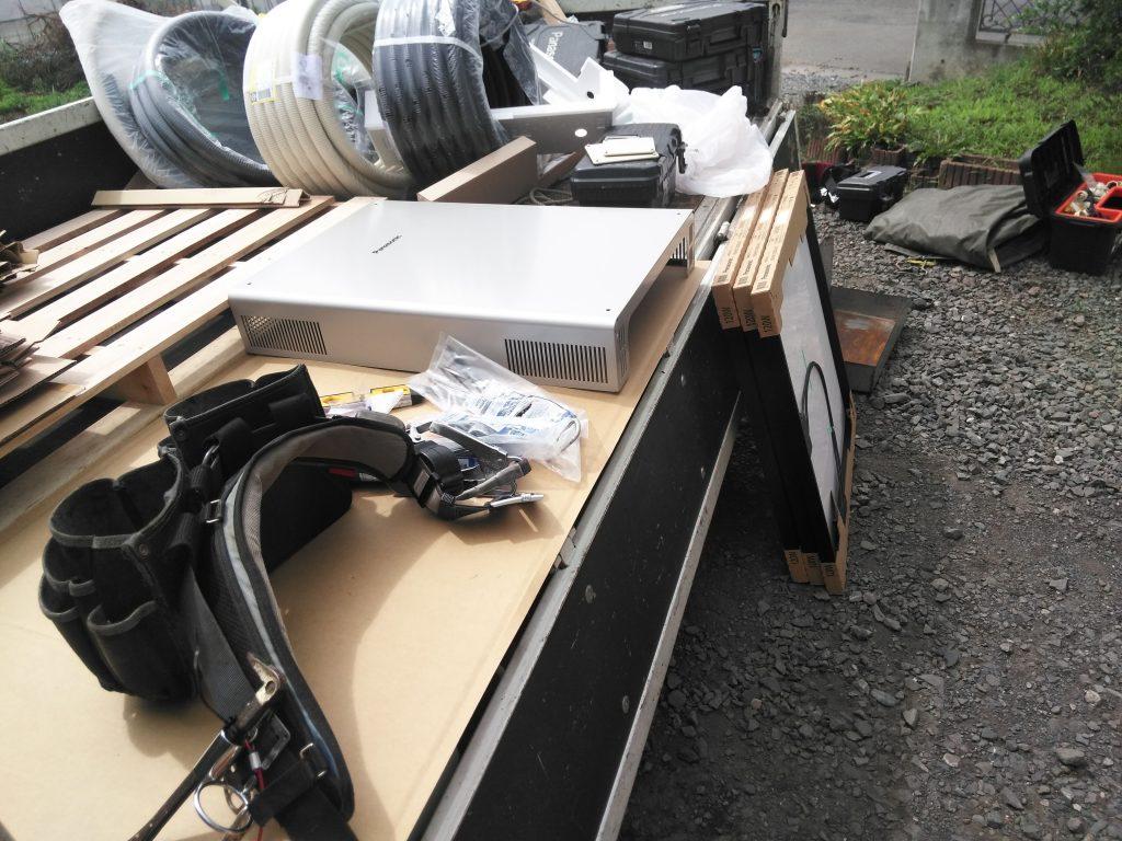 業者さんの荷物と大量の材料